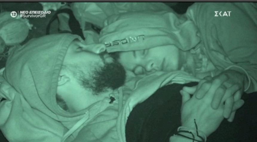 """Το πλάνο που """"καίει"""" τον Σάκη Κατσούλη και τη Μαριαλένα Ρουμελιώτη – Κοιμούνται αγκαλιά"""