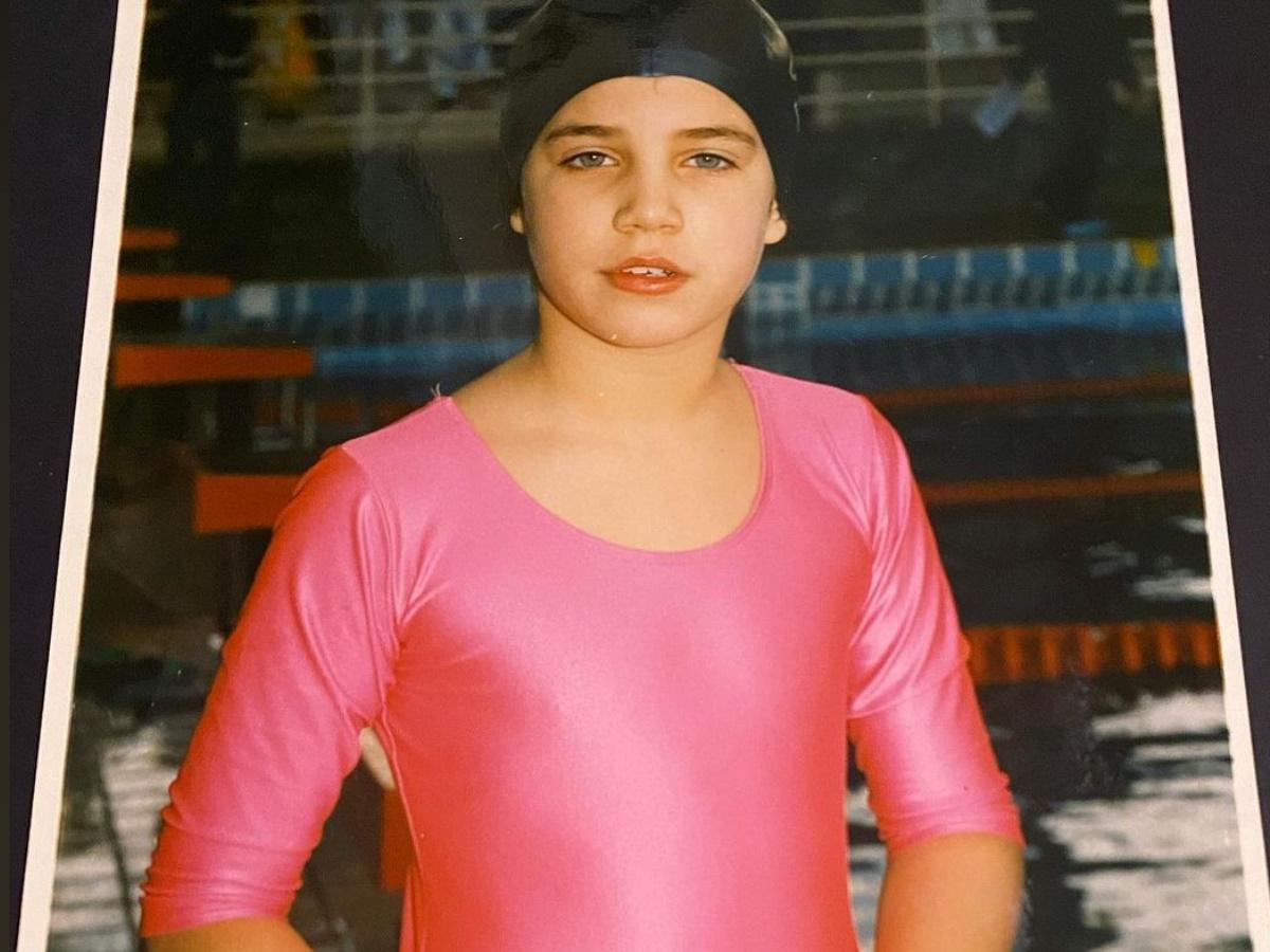 Αναγνωρίζεις το κοριτσάκι της φωτογραφίας; Είναι γνωστή Ελληνίδα τραγουδίστρια!