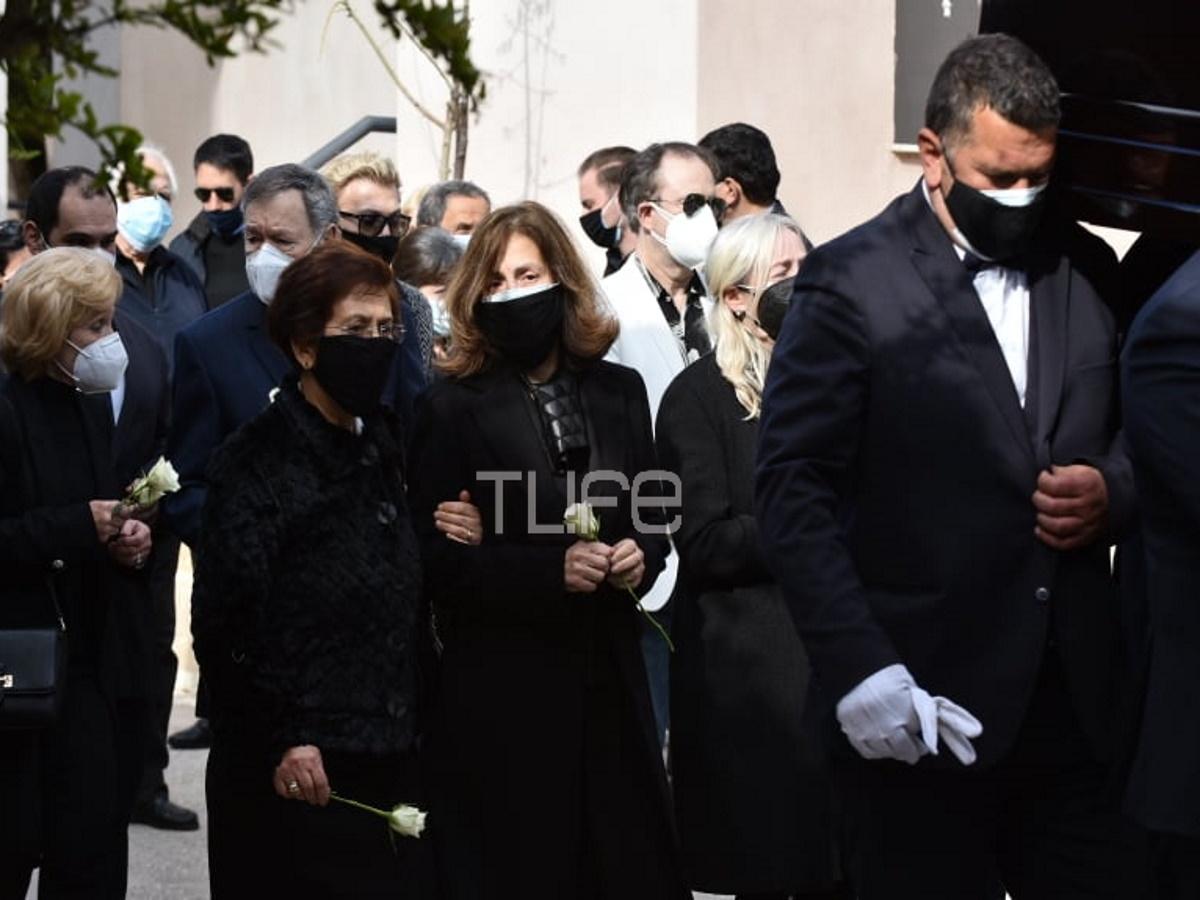 Τάκης Βουγιουκλάκης: Θλίψη στην κηδεία του αδελφού της Αλίκης, στο Κοιμητήριο Χαλανδρίου