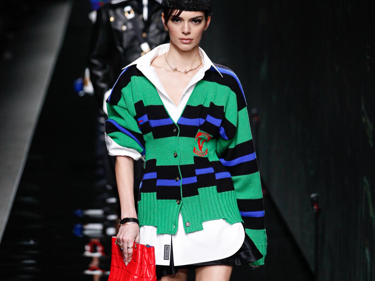 Ποιά διάσημη φόρεσε αυτό το Versace σύνολο όπως το είδαμε στο catwalk