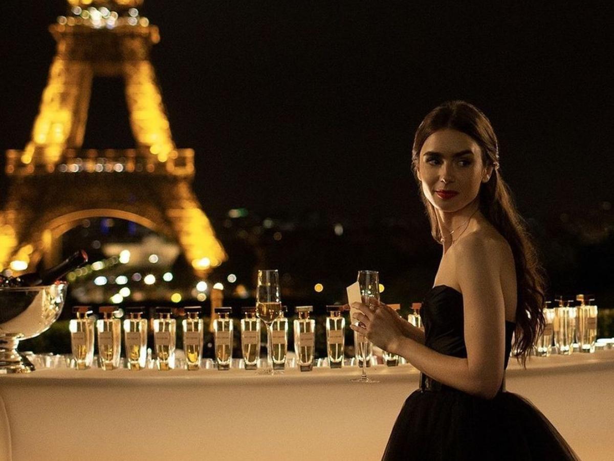 """Αυτά είναι τα πρώτα look από την δεύτερη σεζόν του """"Emily in Paris"""""""