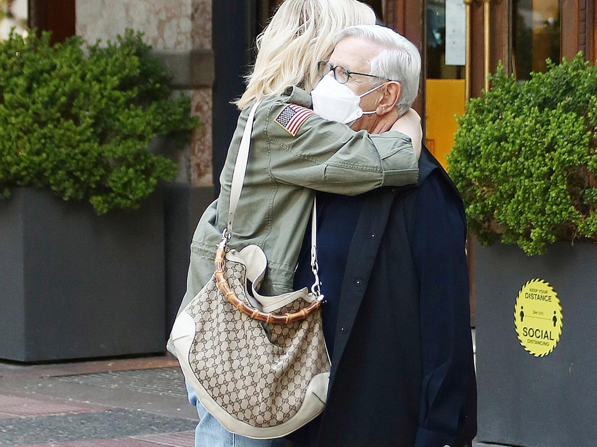 Σάσα Σταμάτη: Ο φωτογραφικός φακός την απαθανάτισε να κάνει μια ζεστή αγκαλιά διάσημο φίλο της