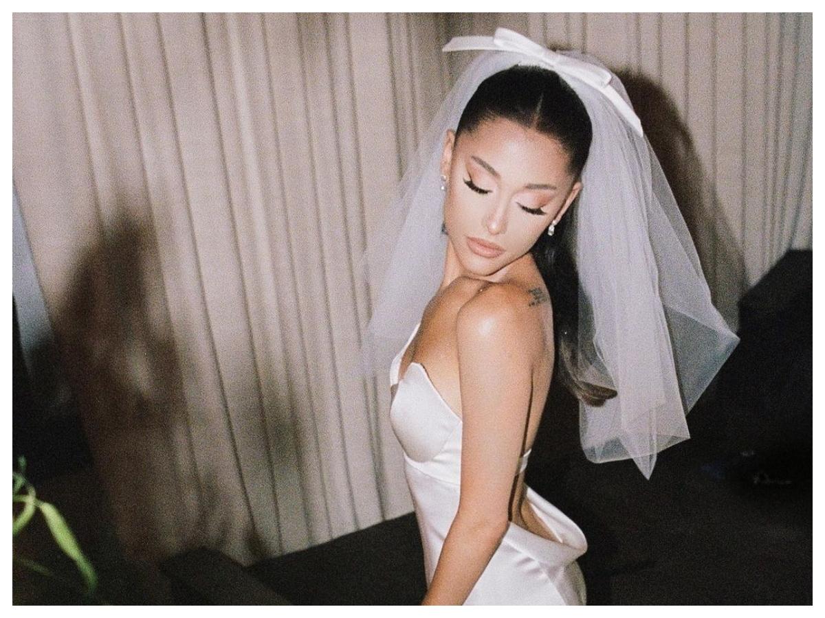 H Ariana Grande εμφανίστηκε σε βραβεία με το νυφικό της χτένισμα