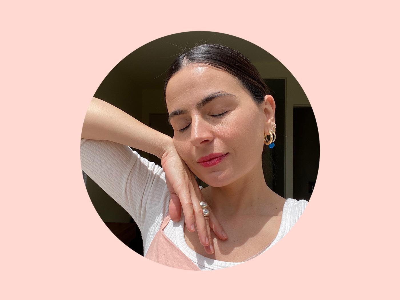 Τα μυστικά της beauty editor για την χαλάρωση του προσώπου σε ένα βίντεο