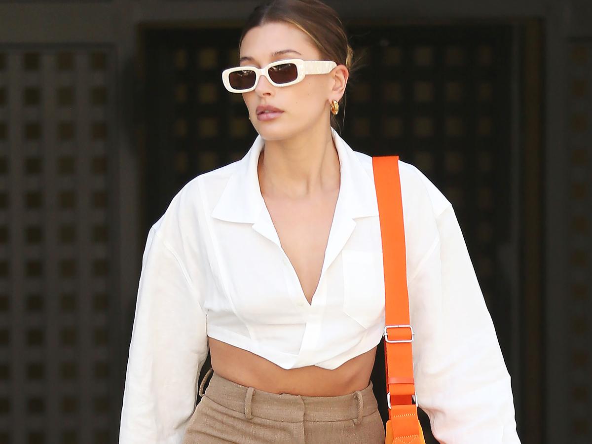 Η Hailey Bieber ντύνεται για ένα meeting με τον πιο cool τρόπο