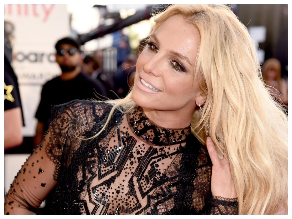 Η Britney Spears μόλις υιοθέτησε το πιο hot χρώμα του καλοκαιριού