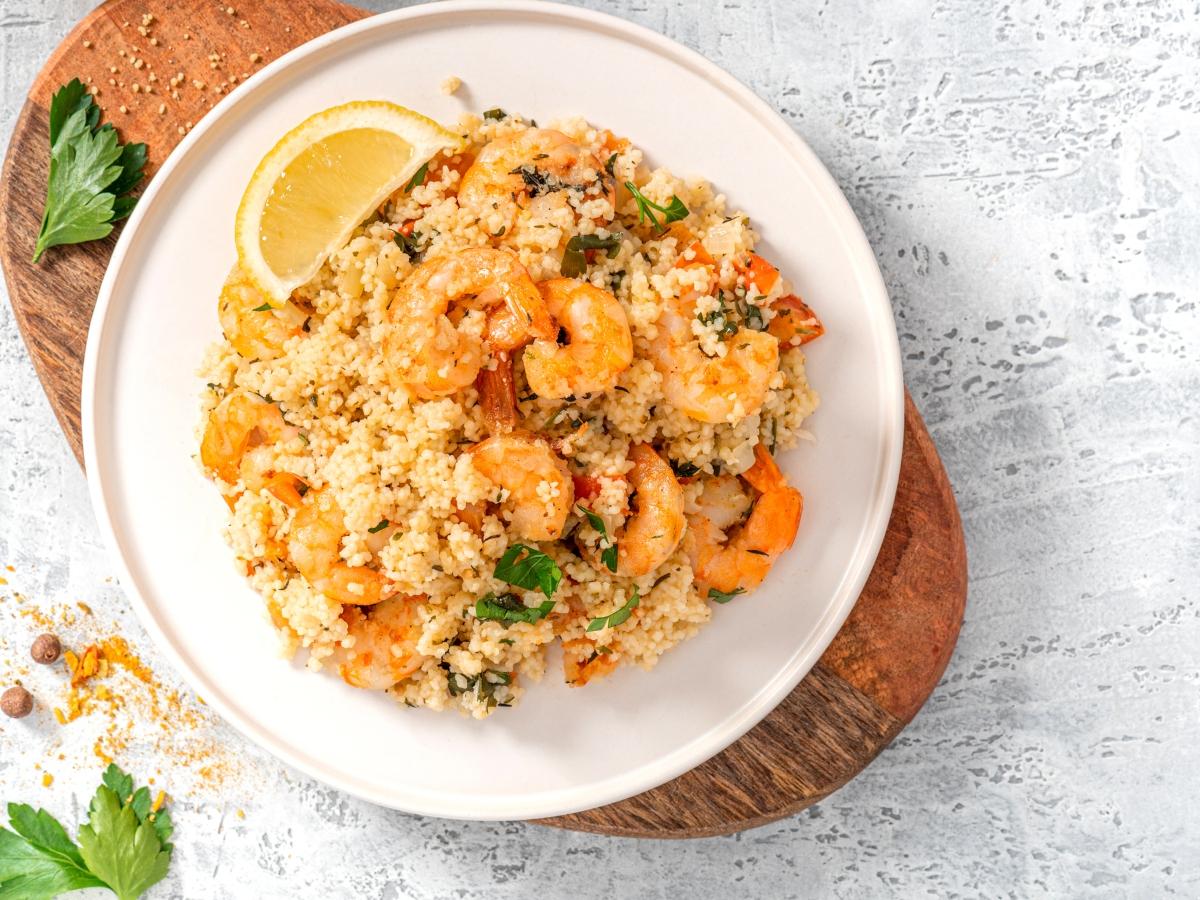 Συνταγή για ελαφρύ κουσκούς με ψητές γαρίδες