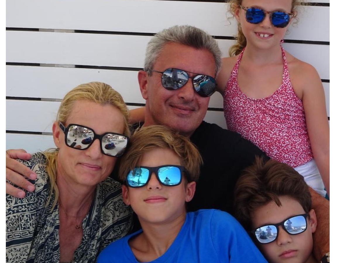 Νίκος Χατζηνικολάου: Η οικογενειακή φωτογραφία και οι ευχές για καλό μήνα
