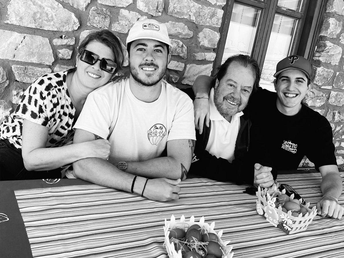 Γιάννης Πάριος – Σοφία Αλιμπέρτη: Πάσχα μαζί στην Πάρο με τους γιους τους
