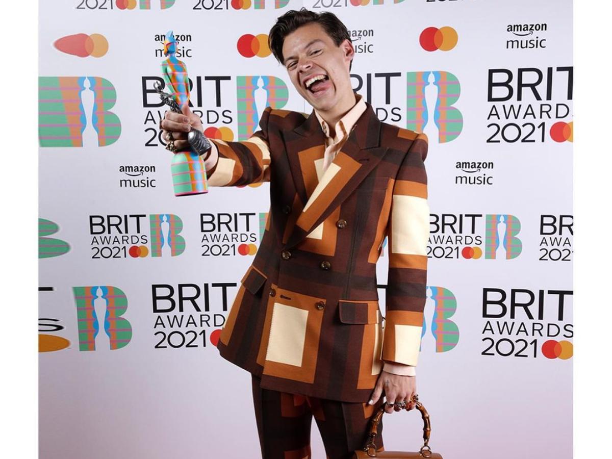 Βrit Awards 2021: O Harry Styles εμφανίστηκε με Gucci κουστούμι και…τσάντα