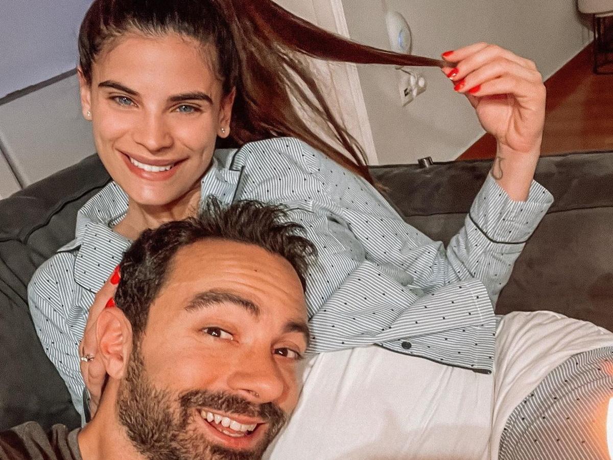"""Σάκης Τανιμανίδης: """"Τρολάρει"""" τη Χριστίνα Μπόμπα, κάνοντας την φουσκωμένη κοιλιά της… τραπεζάκι – Βίντεο"""