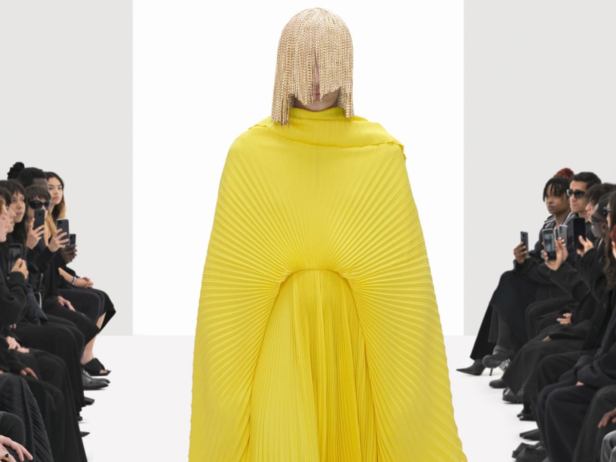 Ο Balenciaga έκανε ένα fake show με κλώνους του ίδιου μοντέλου