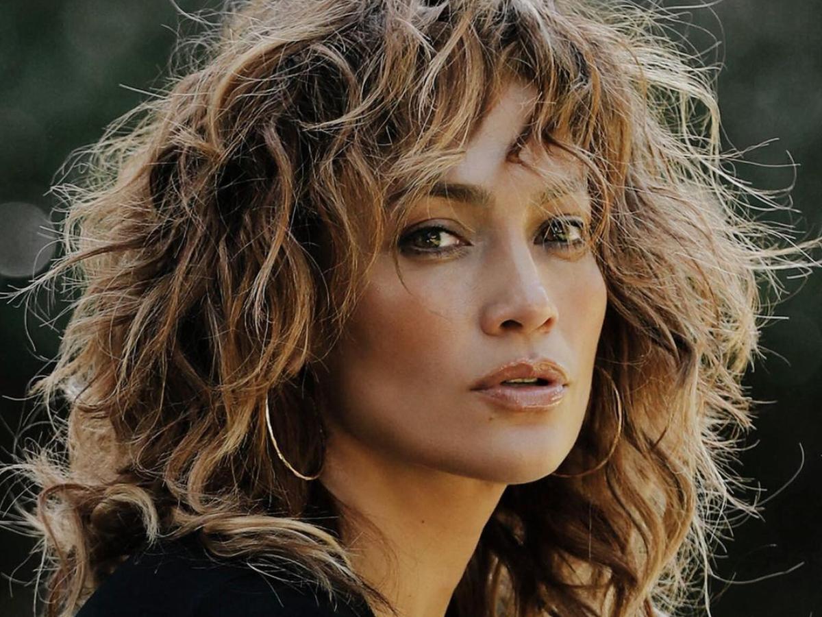 H Jennifer Lopez σε σπάνια εμφάνιση με maxi φούστα