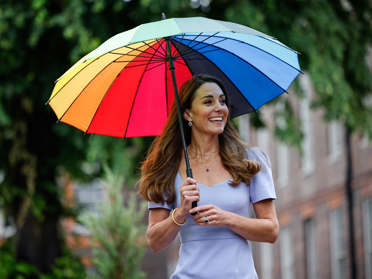 Η Kate Middleton κράτησε μια rainbow ομπρέλα και τρέλανε τους fan της