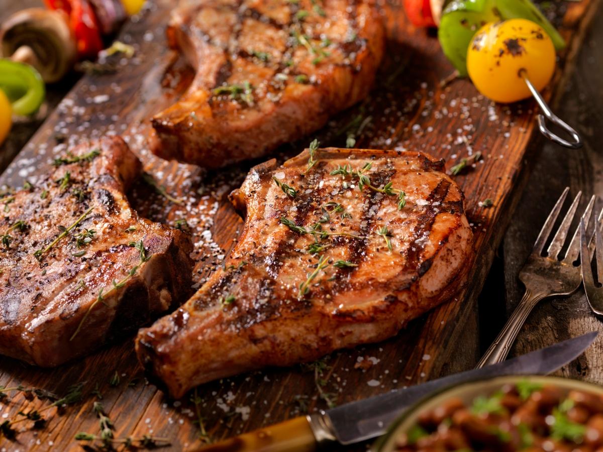 Συνταγή για ζουμερή χοιρινή μπριζόλα με λαχανικά