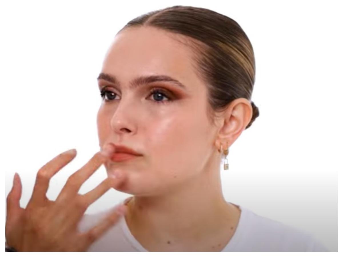 Σε αυτό το βίντεο θα δεις πώς να κάνεις ένα λαμπερό μακιγιάζ χρησιμοποιώντας μόνο κρεμώδη προϊόντα!