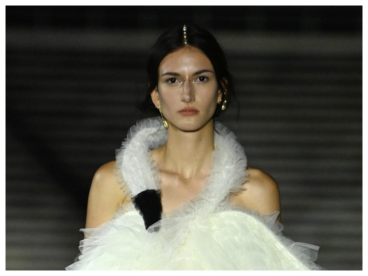 Με πέρλες και τρουκς σε μακιγιάζ και μαλλιά στο show του Dior! Πού αλλού το έχουμε δει!