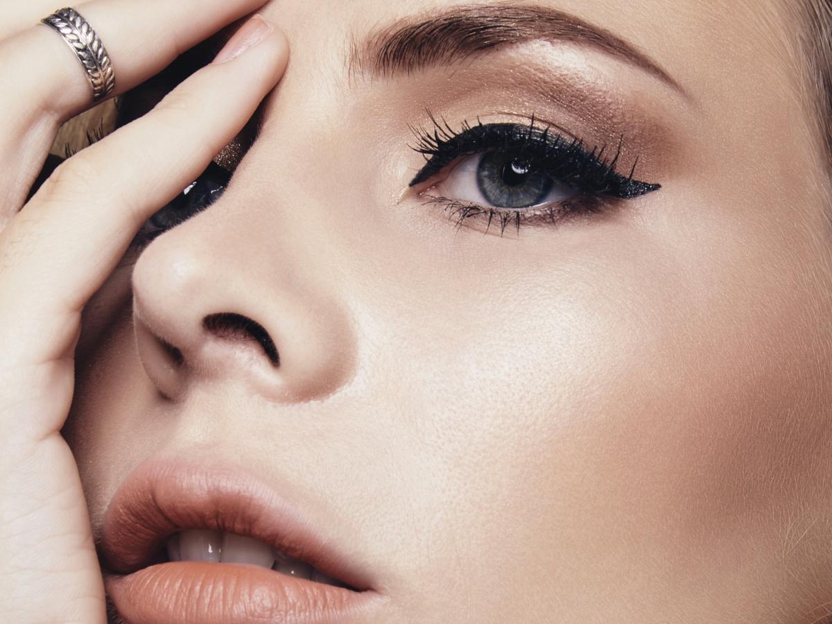 Αυτό το βίντεο για το πώς να κάνεις την τέλεια γραμμή eyeliner είναι απολαυστικό