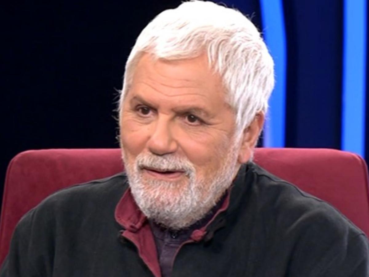 """Μιχάλης Μανιάτης: Ο ηθοποιός """"μετανάστευσε"""" στην Κυπαρισσία και ζει σε μια σπηλιά με υπαίθριο μπάνιο και κουζίνα"""