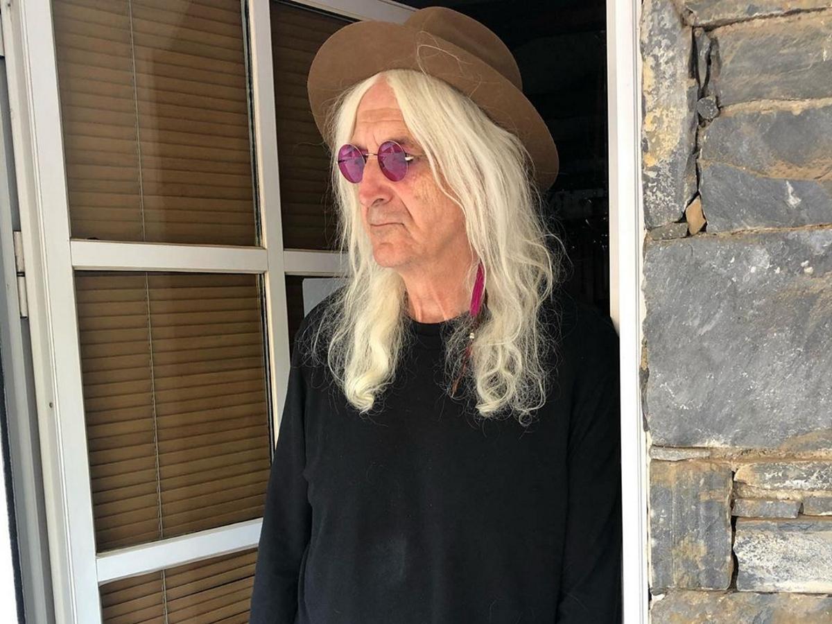 Νίκος Καρβέλας: Σπάνια φωτογραφία φορώντας τα ρούχα της κόρης του Σοφίας