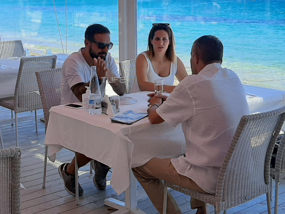 Τριαντάφυλλος: Χαλαρό γεύμα δίπλα στη θάλασσα με τη σύζυγό του – Φωτογραφίες
