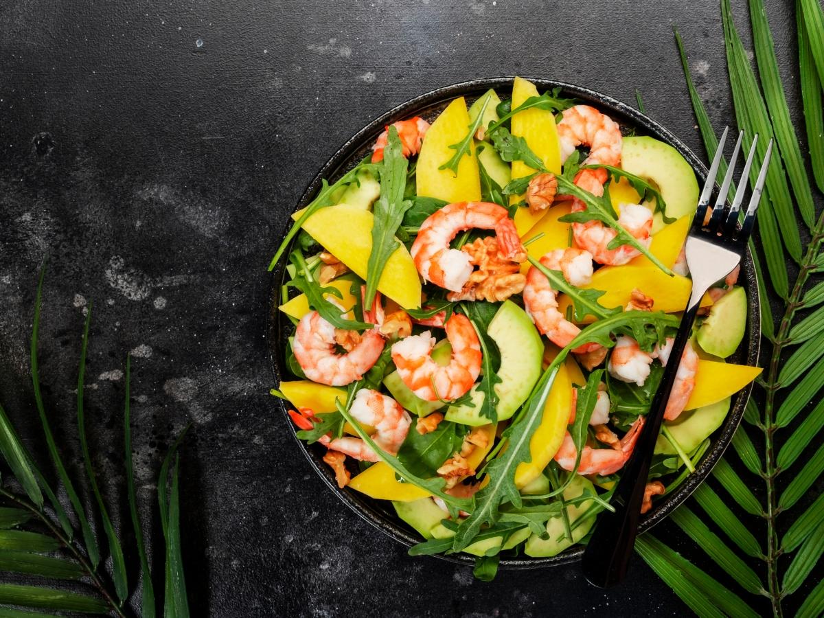Συνταγή για δροσιστική σαλάτα με γαρίδες, μάνγκο και αβοκάντο