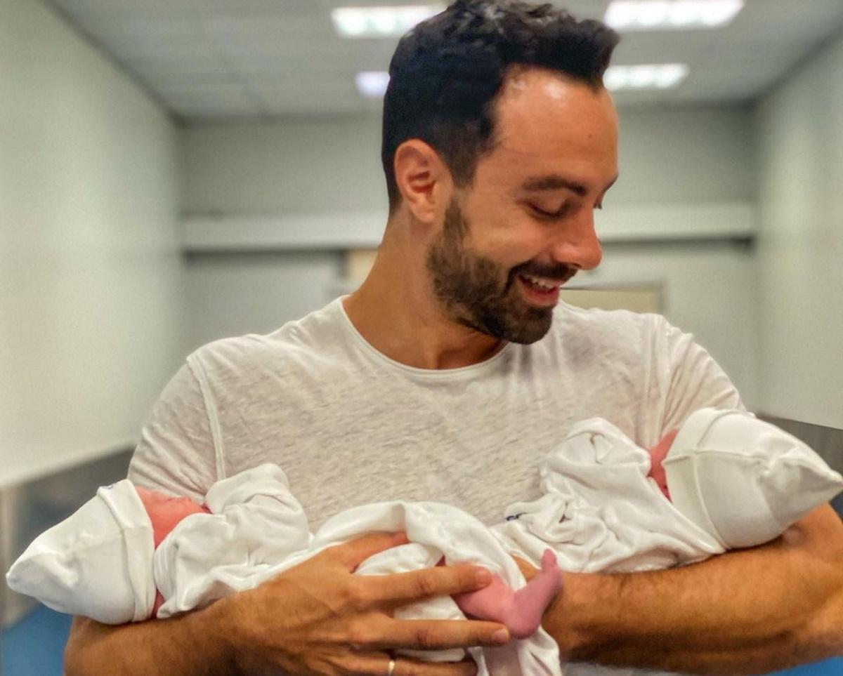 Σάκης Τανιμανίδης: Η ανάρτηση από το μαιευτήριο – Ξετρελαμένος με τη γέννηση των παιδιών του