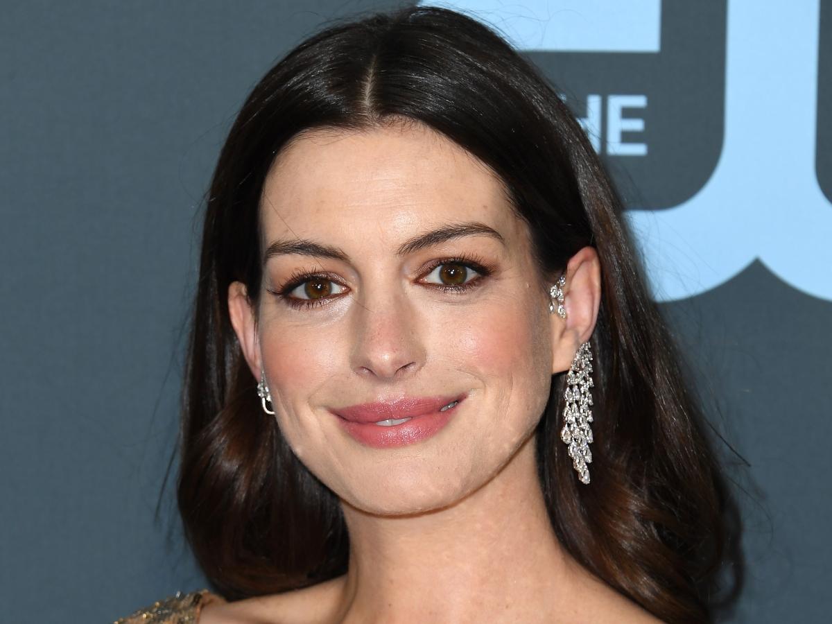 Η Anne Hathaway κάνει και πάλι cool το κούρεμα που είχαμε όλες στο σχολείο!