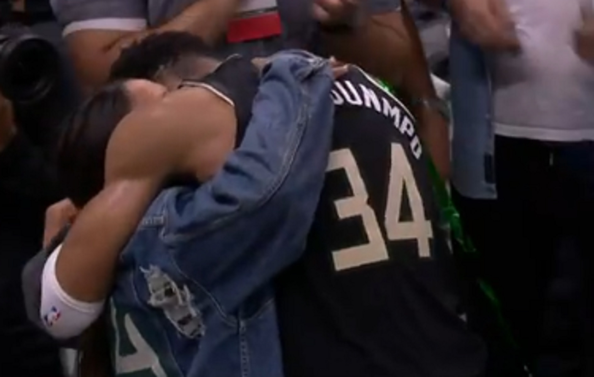 """Γιάννης Αντετοκούνμπο: Η αγκαλιά με τη μητέρα του και το """"έλα στο γήπεδο"""" στον Θανάση"""