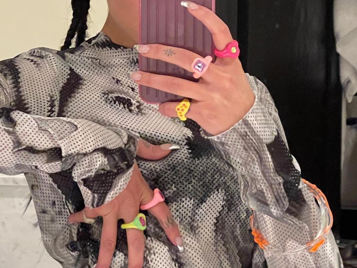 Ποια τραγουδίστρια έχει εμμονή με αυτά τα 90s δαχτυλίδια