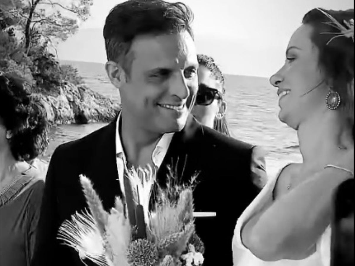 Σάββας Πούμπουρας – Αρετή Θεοχαρίδη: Παντρεύτηκαν με θρησκευτικό γάμο στις Σπέτσες