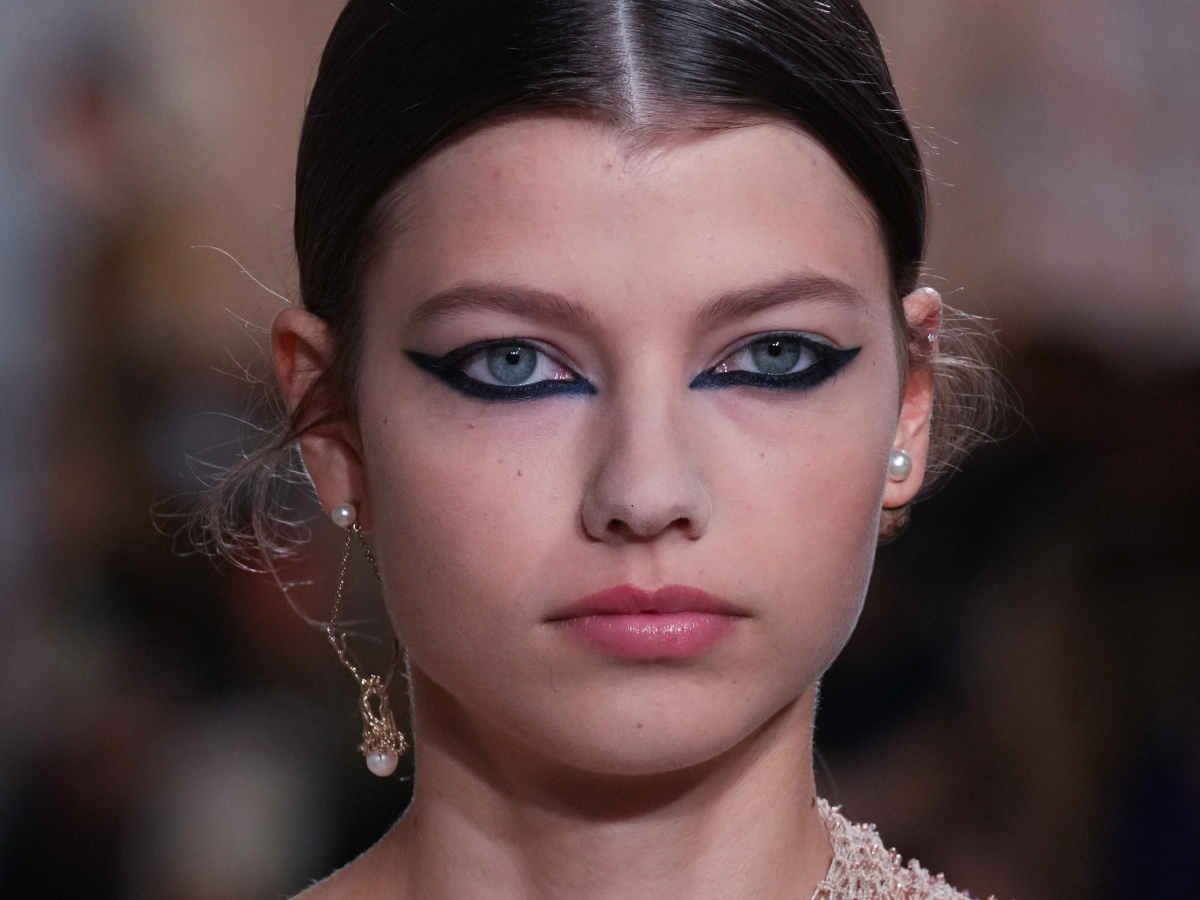 Το μπλε punk eyeliner είναι το επόμενο hot σύμφωνα με το couture show του Dior