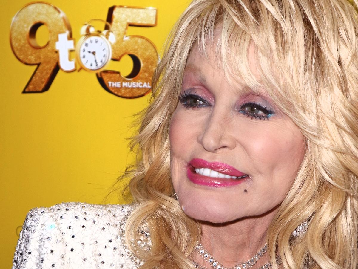 What? Γιατί η Dolly Parton αφαιρεί το μακιγιάζ της το πρωί και όχι πριν πέσει για ύπνο!