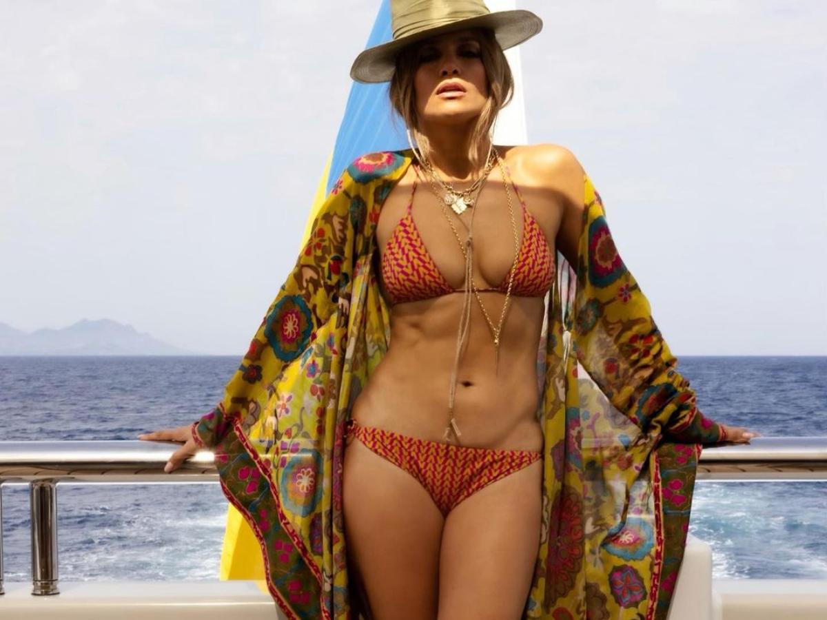 Jennifer Lopez: Mε sexy resort σύνολο στα γενέθλια της
