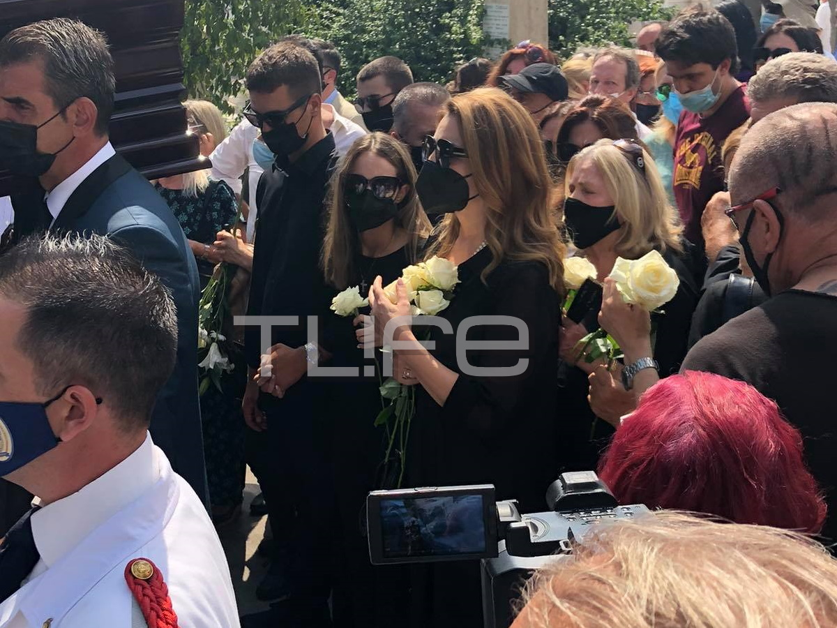 """Κηδεία Τόλη Βοσκόπουλου: Στην τελευταία του κατοικία ο """"πρίγκιπας"""" του λαϊκού τραγουδιού – Φωτογραφίες"""