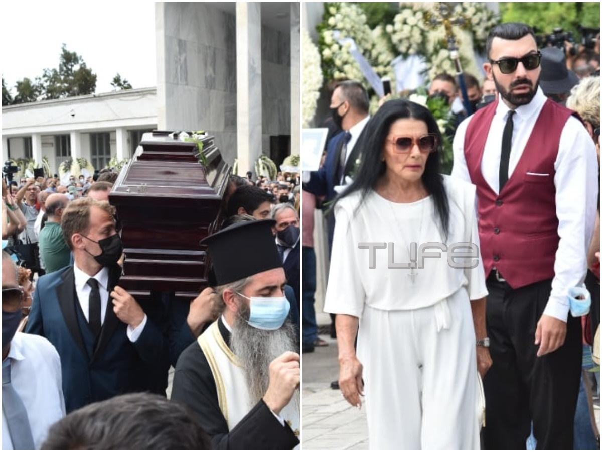 """Κηδεία Τόλη Βοσκόπουλου: Στα λευκά η Ζωζώ Σαπουντζάκη αποχαιρέτησε τον """"πρίγκιπα"""" του λαϊκού τραγουδιού"""