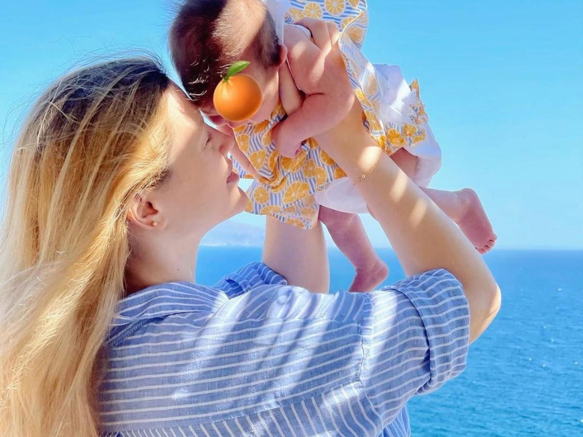 Κωνσταντίνα Κομμάτα: Απολαμβάνει τις βόλτες με την κορούλα της δίπλα στη θάλασσα