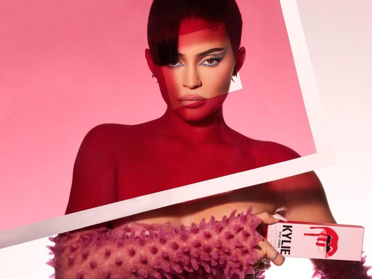 Τα Kylie Cosmetics είναι πλέον διαθέσιμα στην Αγγλία και πρέπει οπωσδήποτε να δεις τις βιτρίνες των καταστημάτων