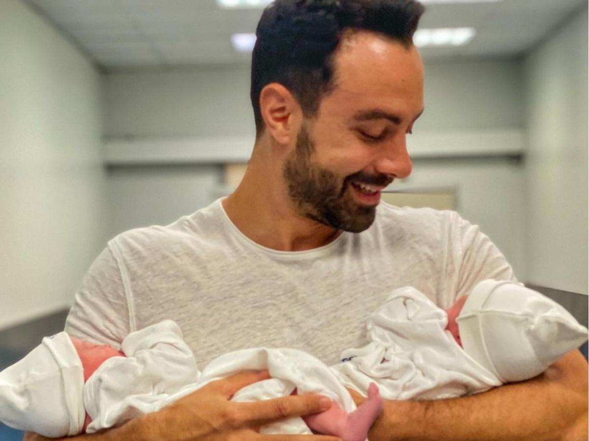 Σάκης Τανιμανίδης: Τα δίδυμα τον καθυστερούν στη δουλειά – Η τρυφερή φωτογραφία με την κόρη του