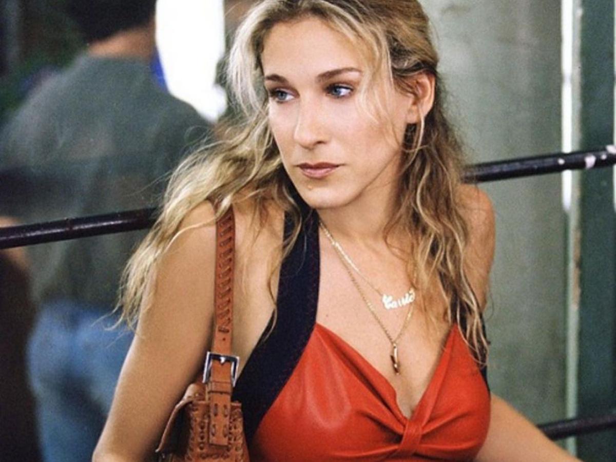 Sex and the city : Η Carrie κρατάει ξανά την αγαπημένη της τσάντα 20 χρόνια μετά