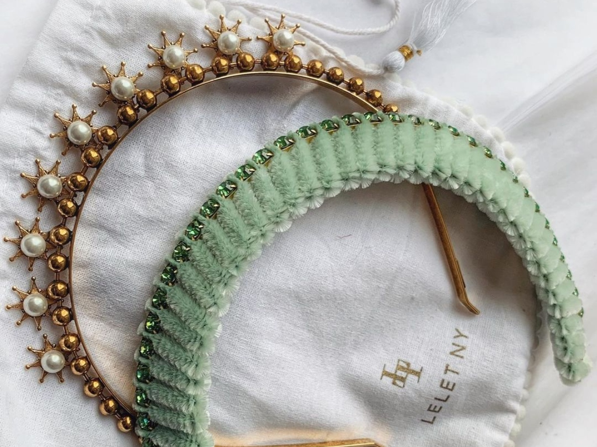 Ο νέος τρόπος να φορέσεις τη στέκα στα μαλλιά σου είναι… ανάποδα!