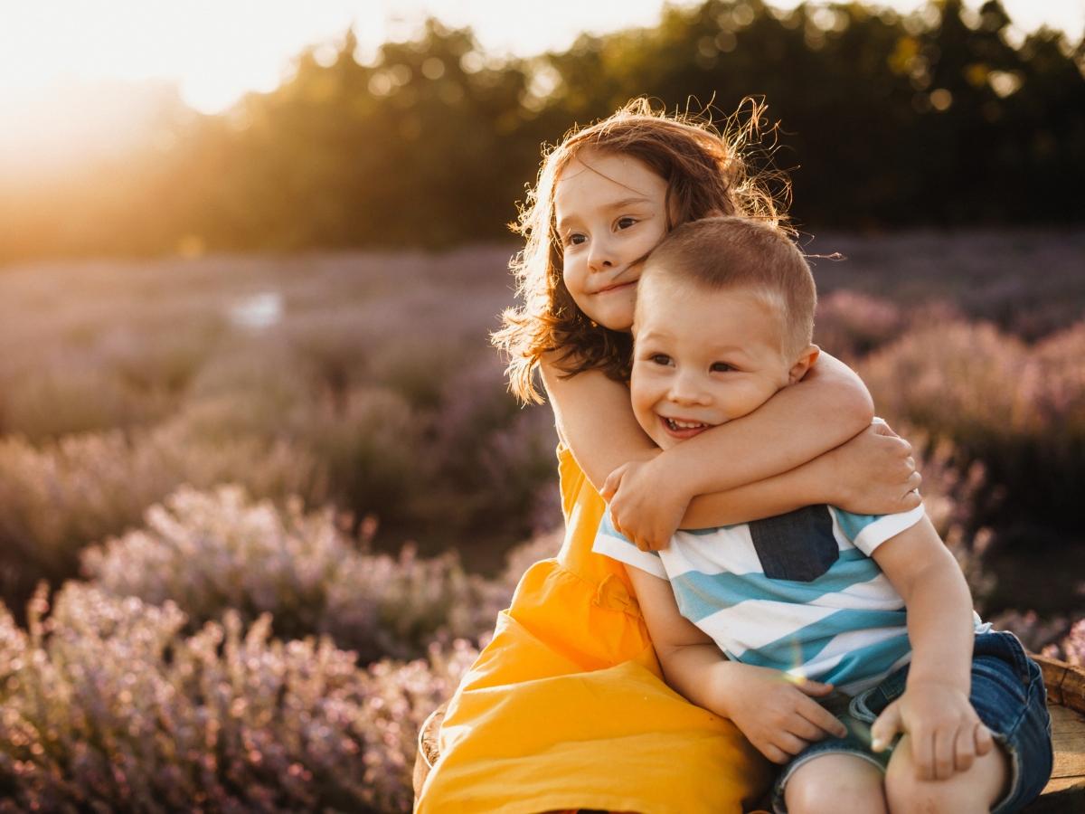 Αδερφικοί καυγάδες: Πώς θα τους σταματήσεις και θα φέρεις τα παιδιά ξανά κοντά