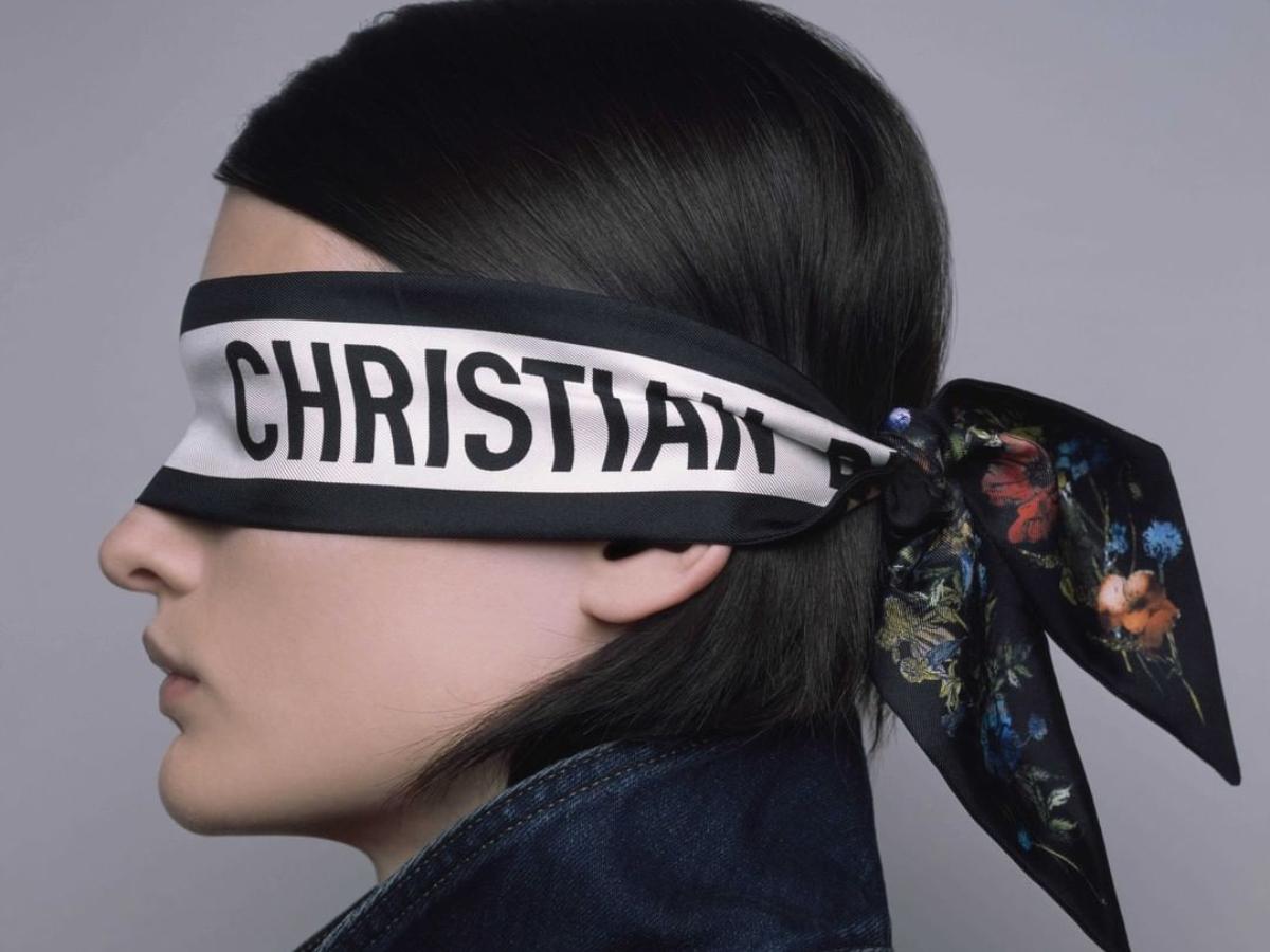 Ο Dior φέρνει ξανά το μαντήλι στην «πρώτη γραμμή» των φετινών αξεσουάρ