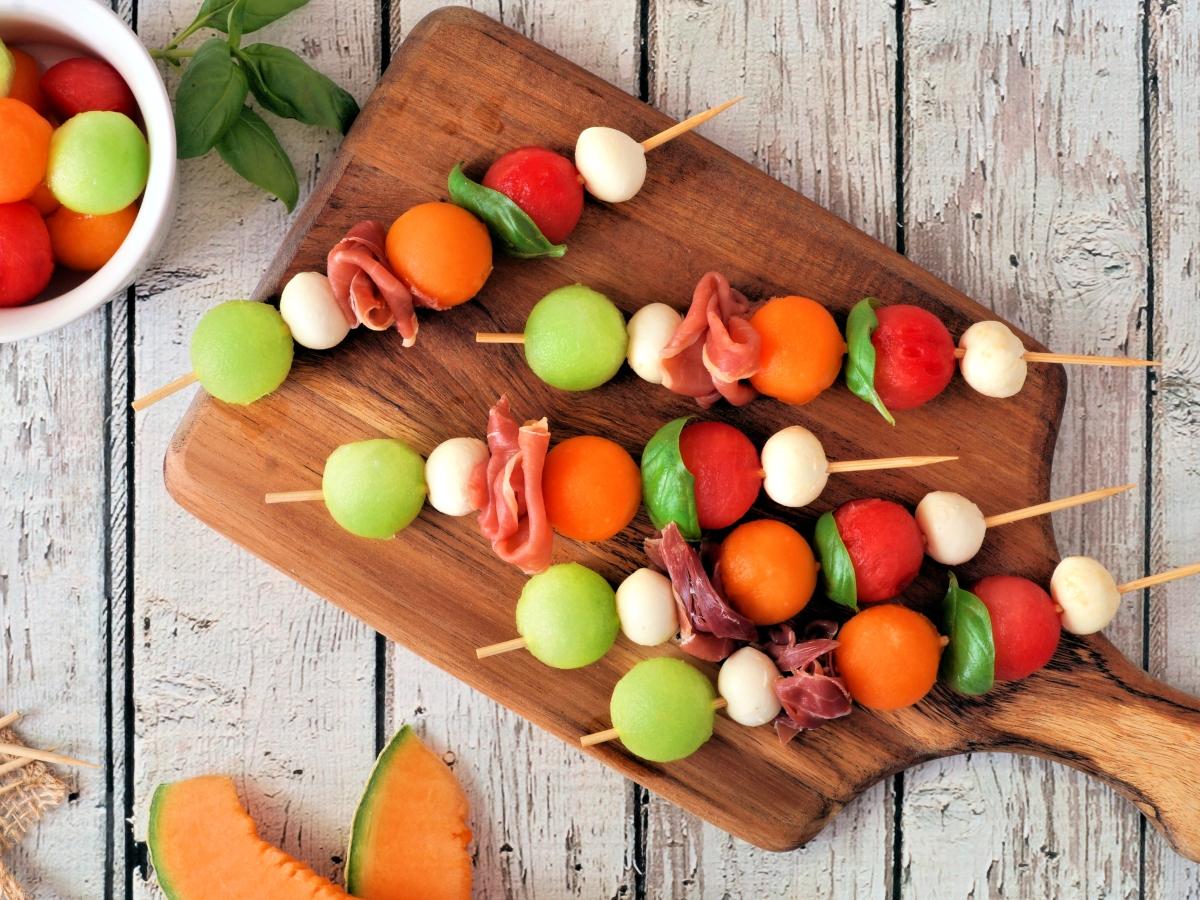 """Συνταγή για """"πειραγμένο"""" σουβλάκι με καλοκαιρινά φρούτα"""