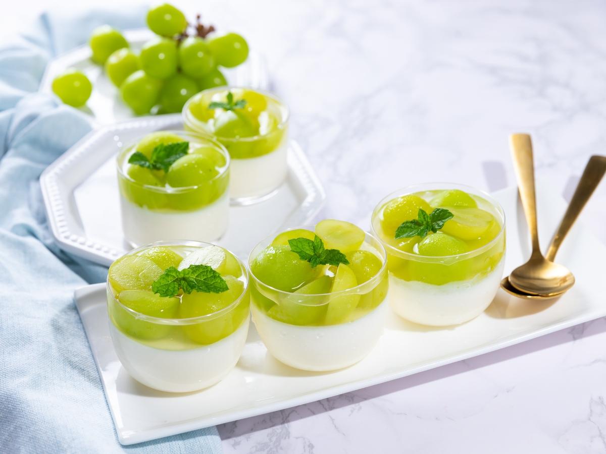 Συνταγή για δροσιστικό γλυκό ψυγείου με γιαούρτι και σταφύλια