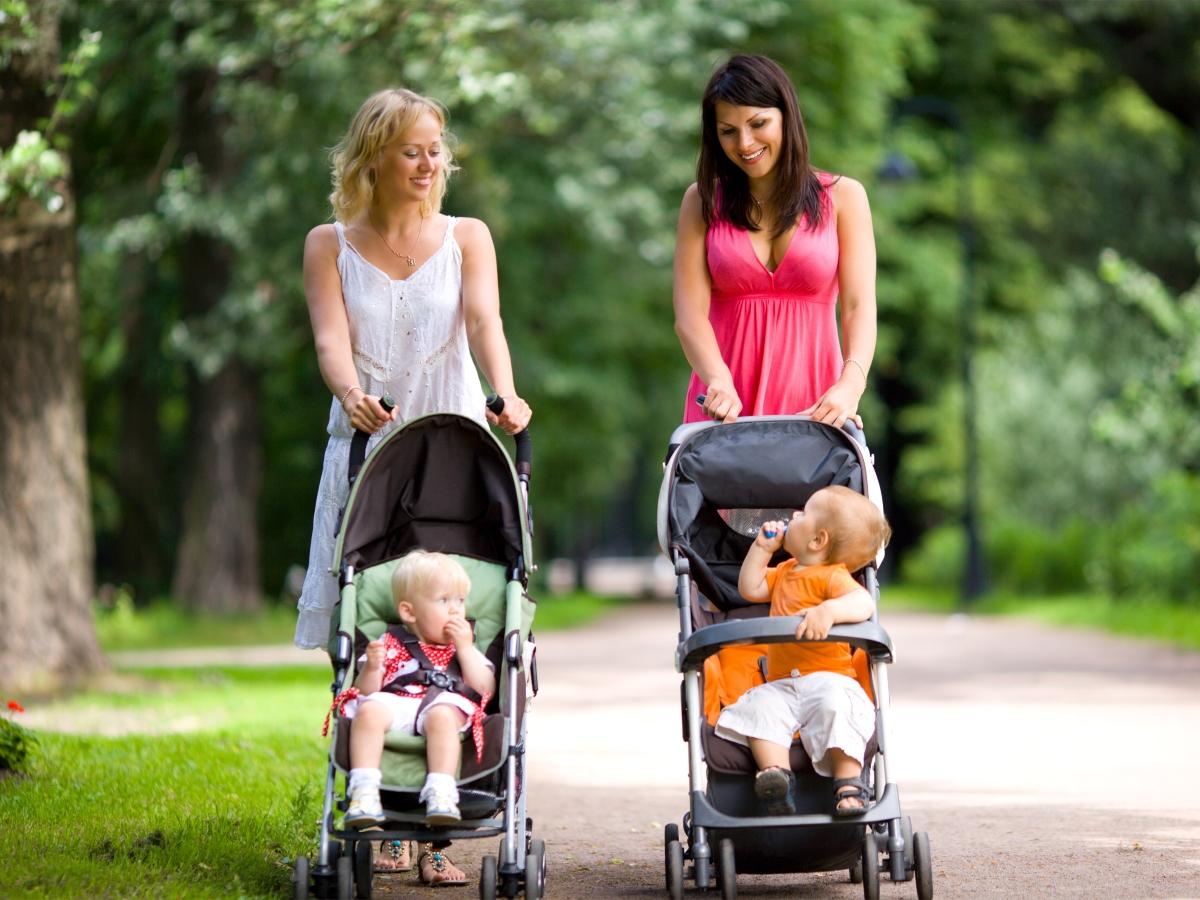 """Πρώτες βόλτες στο πάρκο: Πώς θα """"σπάσεις τον πάγο"""" με τις άλλες μαμάδες"""