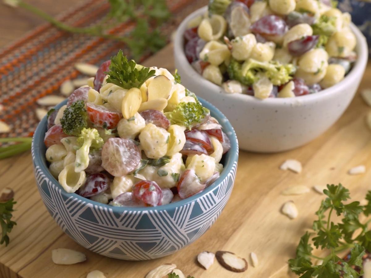 Συνταγή για χορταστική σαλάτα ζυμαρικών με παριζάκι και ιδιαίτερο dressing