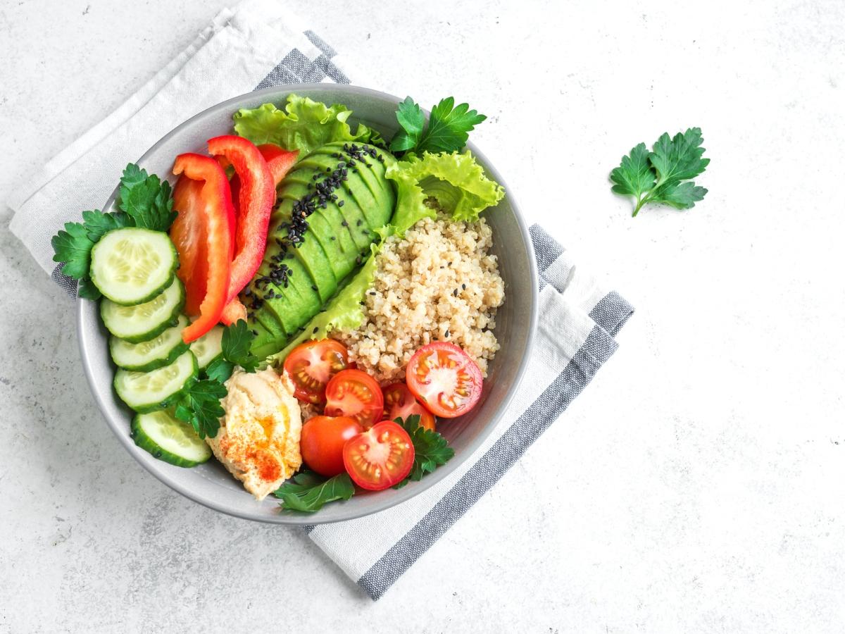 Συνταγή για χορταστικό Bowl με κινόα, αβοκάντο και ντοματίνια