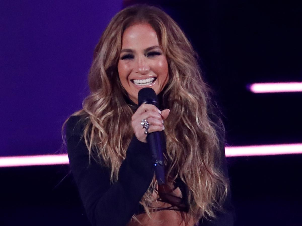 H Jennifer Lopez κόβει την ανάσα με κρυστάλλινη ολόσωμη φόρμα Vrettos Vrettakos