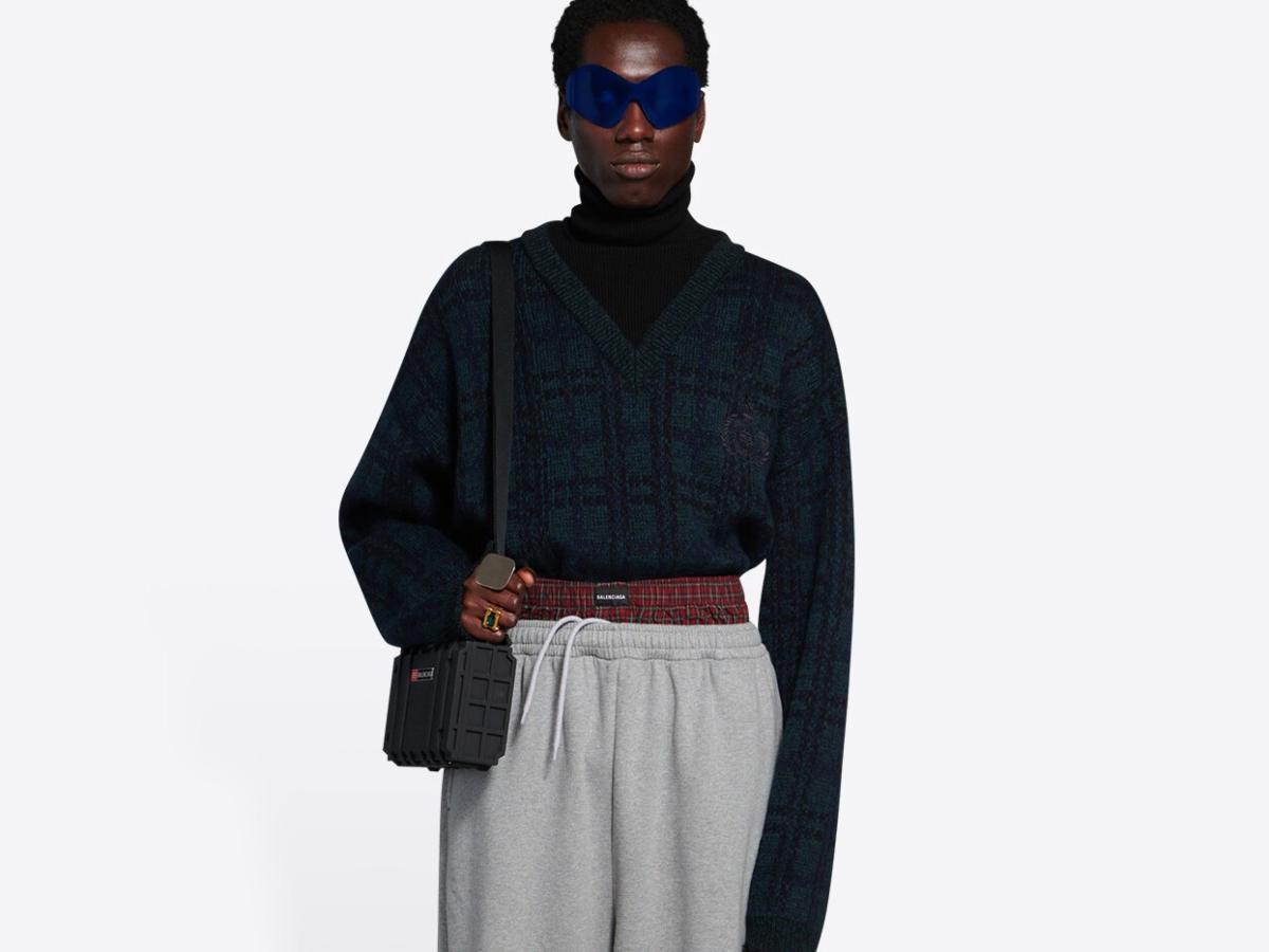 Θύελλα αντιδράσεων για «ρατσιστικό» παντελόνι του οίκου Balenciaga